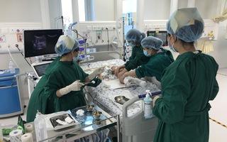 Sức khỏe 2 cháu bé song sinh: Có tình trạng liệt ruột sau mổ, các bác sĩ lên kế hoạch tập vật lý trị liệu