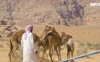 Video: Cuộc sống trên sa mạc Wadi Rum, dùng lông cừu để làm lều tránh nắng