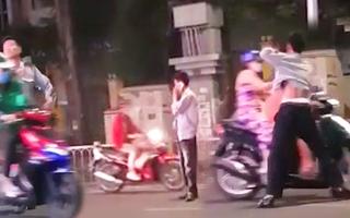 Video: Bảo vệ đứng giữa đường chặn xe đánh người