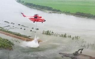 Video: Khẩn cấp sử dụng trực thăng để đắp đê chắn lũ
