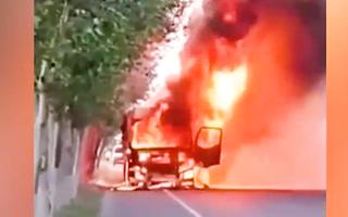 Video: Tài xế lái xe tải đang bốc cháy ra khỏi khu vực cây xăng