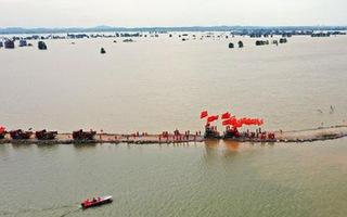 Video: Vá thành công đê Trung Châu, nơi sạt lở khiến 15 ngôi làng chìm trong lũ ở Trung Quốc