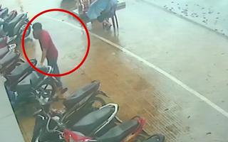Video: Trả lại ví cho chính tên trộm xe máy của mình