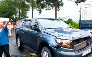 Video: Mưa to, cây sao gãy nhánh đè ôtô đang lưu thông
