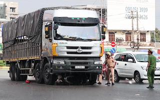 Video: Xe tải cuốn xe máy vào gầm, 2 mẹ con tử vong