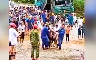 Video: Lũ quét bất ngờ ở Hà Giang, tài xế xe ben bị cuốn xuống suối tử vong
