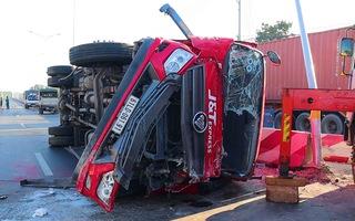 Video: Tài xế ngủ gật khiến xe lật ngang đường