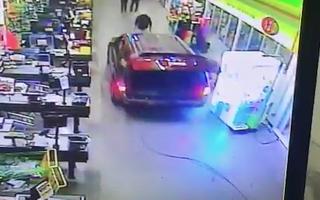 Video: Chạy ôtô vào cửa hàng ăn cắp trụ ATM