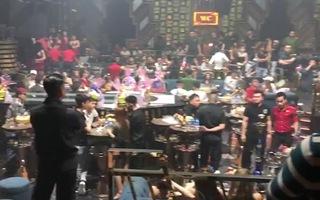 Video: Cảnh sát bất ngờ ập vào một quán bar ở quận Bình Tân