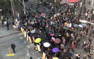 Video: Gần 60 cảnh sát bị thương, 47 người bị bắt trong cuộc bạo động ở Mỹ