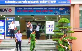 Video: 4 đối tượng dùng súng cướp chi nhánh Ngân hàng BIDV