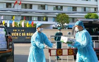 Video: Hối hả tiếp tế khẩu trang, nước, sữa vào 3 bệnh viện bị phong tỏa