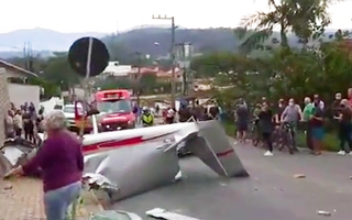 Video: Khoảnh khắc máy bay rơi xuống khu dân cư