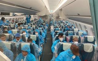 Video: Máy bay chở 129 người dương tính COVID-19 từ Guinea Xích Đạo đã về đến khu cách ly