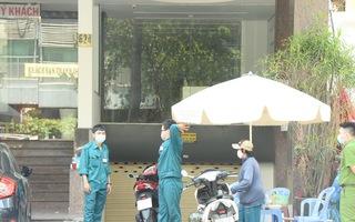 Video: Phong tỏa khách sạn gần Bệnh viện Chợ Rẫy, 4 nhân viên và 40 khách thuê phòng đều phải cách ly