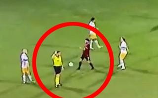 Video: Đá bóng vào trọng tài, một cầu thủ bị phạt thẻ đỏ