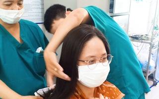 Video: Bác sĩ cắt tóc để lên tuyến đầu chống dịch Covid-19 ở Đà Nẵng