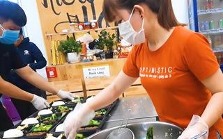 Video: Mỗi ngày nấu 1.000 suất cơm miễn phí tiếp sức cho 'rốn dịch' ở Đà Nẵng