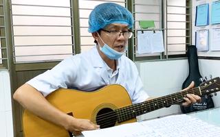Video: Xúc động bác sĩ đàn hát 'Đà Nẵng ngày bão giông'