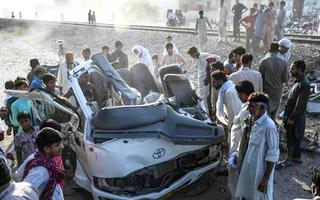 Video: Tàu hỏa đâm ôtô, 19 người trong gia đình tử vong