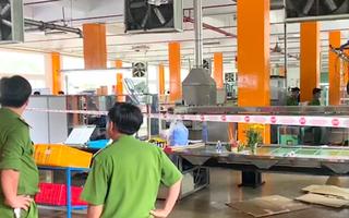 Video: Chui đầu vào máy đóng đế giày để kiểm tra, nam công nhân tử vong tại chỗ