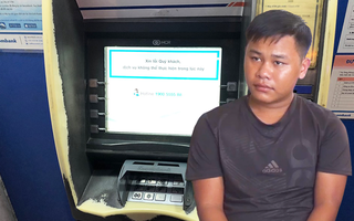 Video: Thấy 10 triệu đồng nhả ra ở trụ ATM, một thanh niên mang trả cho người đánh mất