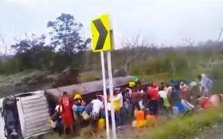 Video: 7 người chết, 46 người bị thương khi 'hôi' xăng từ xe bồn lật