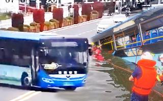 Video: Khoảnh khắc xe chở học sinh đi thi đại học lao xuống hồ, khiến 21 người chết