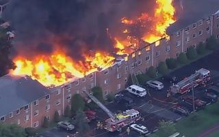 Video: Khoảnh khắc tòa nhà 3 tầng bị lửa bao trùm, nhiều người cấp cứu