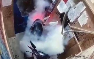 Video: Người phụ nữ lái xe tay ga vào thang máy gây hỏa hoạn