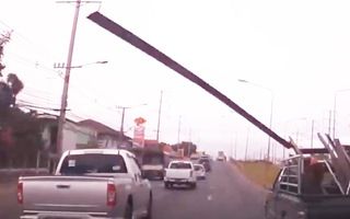 Video: Tuýp sắt rơi từ xe ôtô đang chạy trên đường suýt gây tai nạn