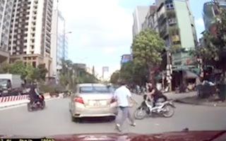 Video: Hai thanh niên bỏ xe máy tháo chạy sau khi tông trúng ôtô