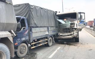 Video: Xe ben đổ dốc gây tai nạn liên hoàn trên cầu vượt ngã tư Thủ Đức