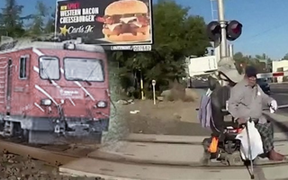 Video: Cảnh sát kéo người đàn ông ngồi xe lăn ra khỏi đường ray tàu trong tích tắc