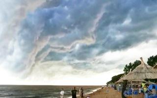 Video: Khoảnh khắc thú vị, vòm mây đen trải dài 5km phủ kín một khoảng trời