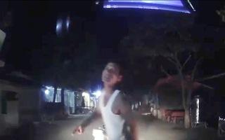 Video: Không đội nón bảo hiểm, đi xe vào làn ngược chiều còn chặn đường đánh tài xế