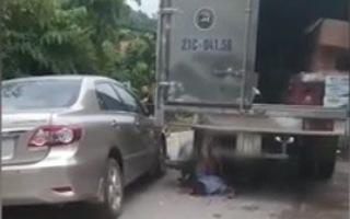 Video: Vượt ôtô, một thanh niên tông vào đuôi xe tải tử vong