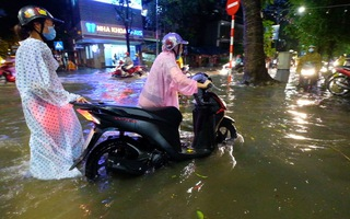 Video: Hà Nội ngập nặng vì mưa lớn, phương tiện chôn chân hàng giờ