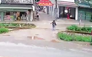 Cảnh báo giao thông: Người phụ nữ băng qua đường ray trước mũi tàu hỏa