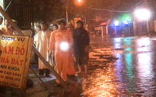 Video: 3 người bị điện giật khi đi xe qua khu vực ngập nước, 1 người tử vong
