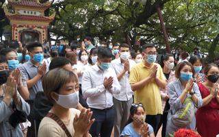 Video: Đông nghẹt người tới phủ Tây Hồ hành lễ bất chấp nguy cơ lây nhiễm COVID-19
