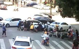 Video: Giải cứu người đàn ông bị ô tô kéo lê trên đường