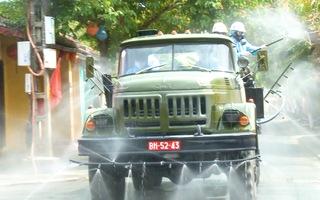 Video: Hàng chục xe quân đội khử khuẩn trên 17 tuyến phố, ngõ hẻm ở thành phố Hội An