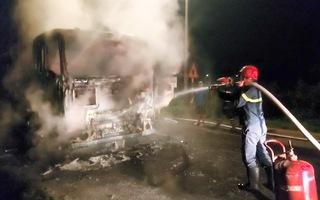 Video: Xe đầu kéo đang chạy bất ngờ bốc cháy ngùn ngụt trong đêm