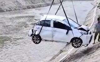 Video: Ôtô đâm cột điện, lao xuống sông tại Phú Thọ