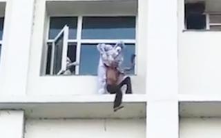 Video: Bác sĩ trèo ra cửa sổ giải cứu bệnh nhân COVID-19 định nhảy lầu tự tử
