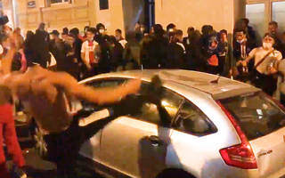 Video: Cổ động viên đập phá, tấn công cảnh sát sau thất bại tại Champions League