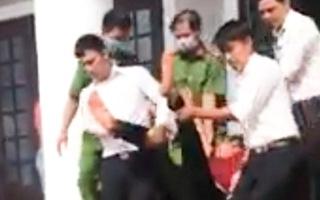 Video: Một bị cáo uống thuốc đòi tự tử tại tòa Bình Phước