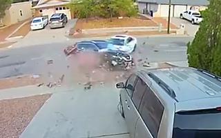 Video: Ôtô chạy tốc độ cao đâm mạnh vào một ôtô khác đang đậu bên đường