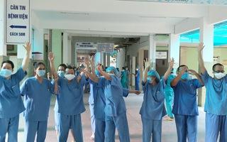 Video: Y bác sĩ vui mừng ngày Bệnh viện Đà Nẵng được dỡ lệnh phong tỏa